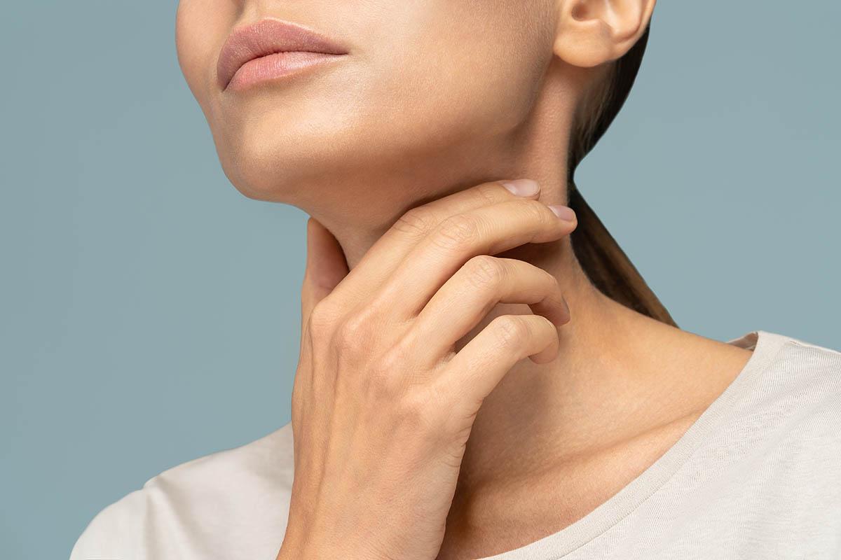woman having thyroid problem